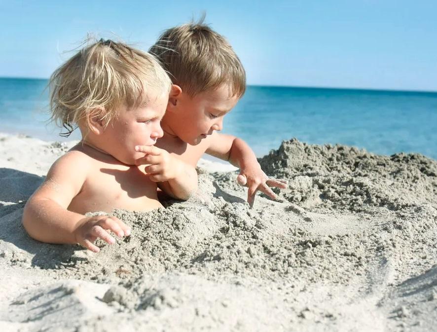 Солнечный ожог, кишечная инфекция, отит - как уберечь ребенка в летний отпускной период от сезонных заболеваний