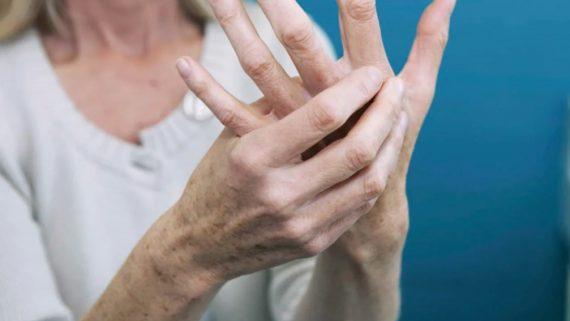 Ревматоидный артрит: частое потребление этого напитка понижает активность заболевания